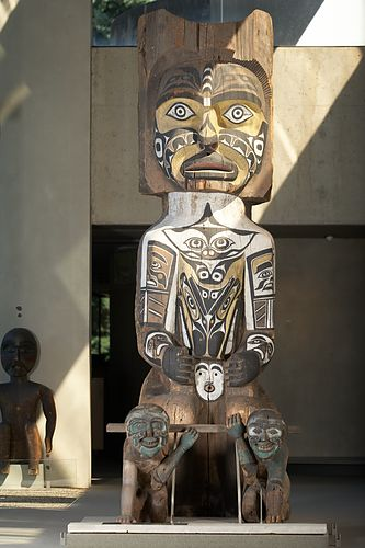 House post depicting an ancestor figure with two slaves. Created by George Nelson, Kwakwaka'wakw (Gusgimukw), c.1906, in Quatsino, British Columbia.